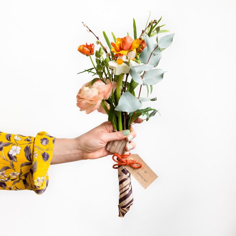 Uitdelen bloemen aan zorgpersoneel